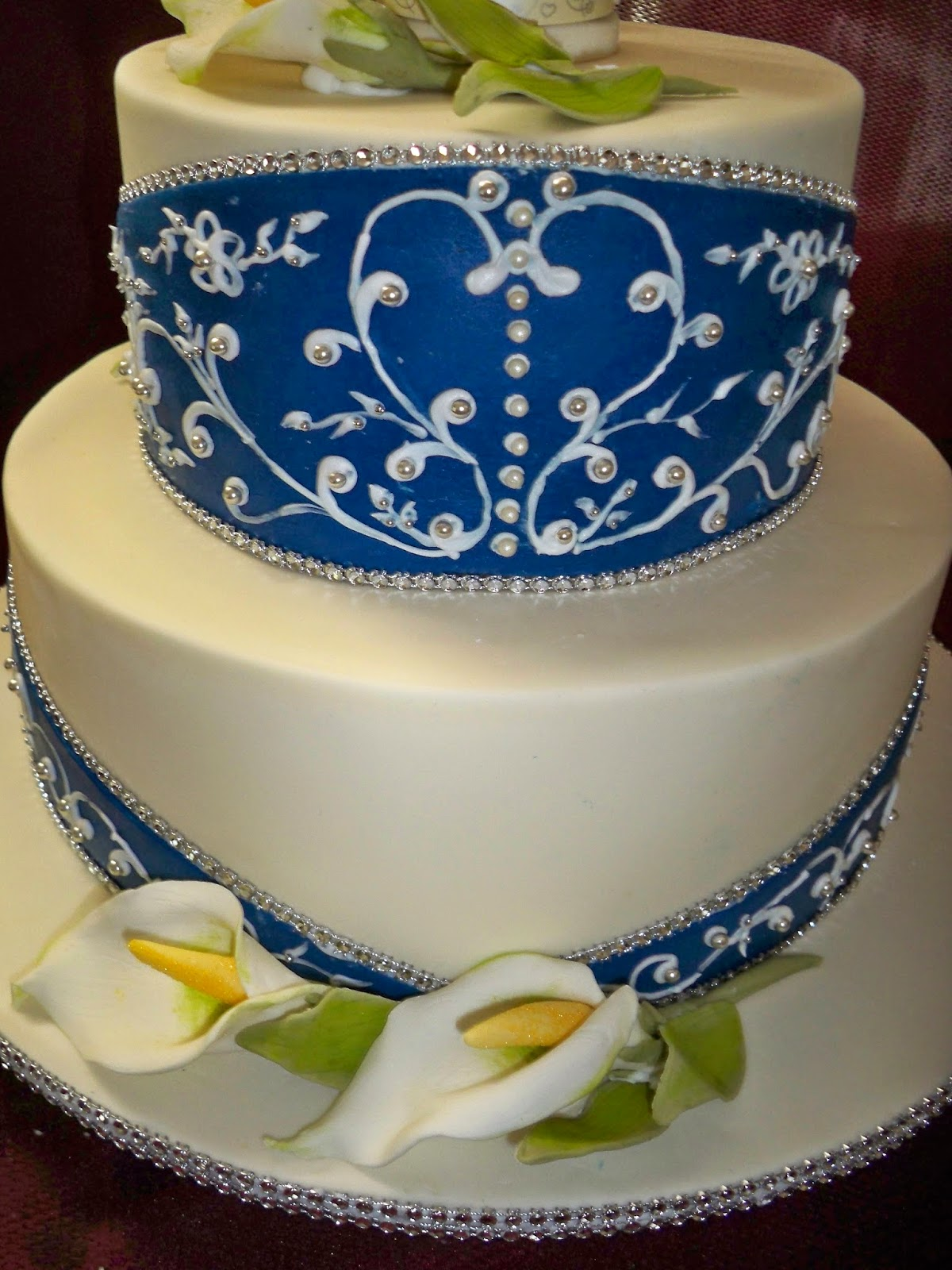 royal blue and white wedding cake with arum lilies