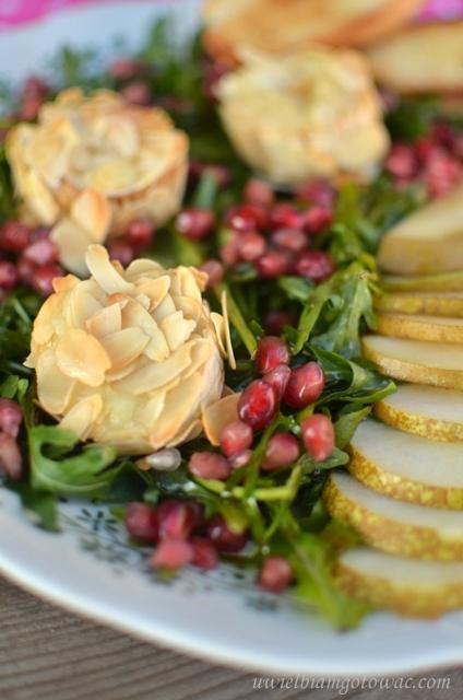 Sałatka z kozim serem w migdałach na rukoli