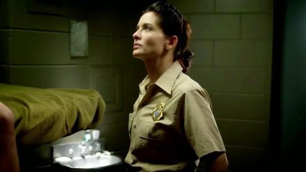 Policial fica gravida de prisioneiro.