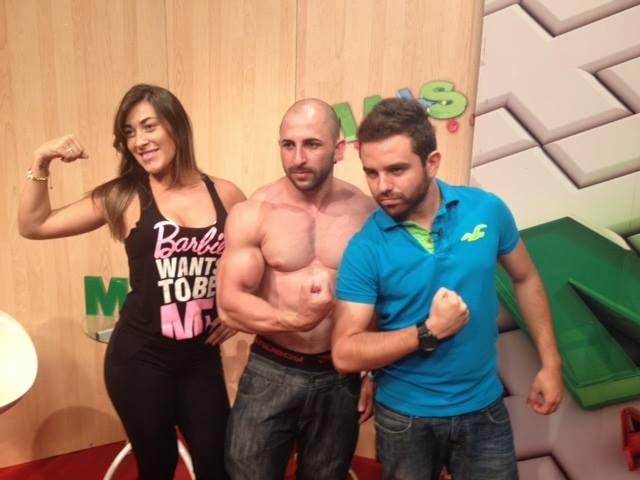 Jefferson Pereira ao lados dos apresentadores Erick Costa e Livia Hipólito. Foto: Reprodução