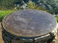 La taula d'orientació del cim del Turó de la Creu de Gurb