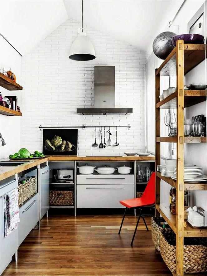 Silla roja en cocina industrial