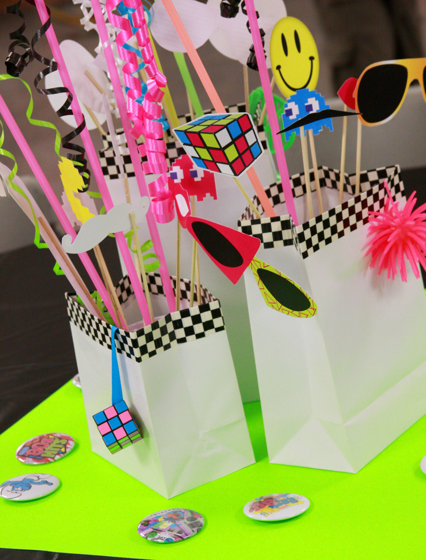 Paper and cake flashback 80s style for 80 party decoration ideas
