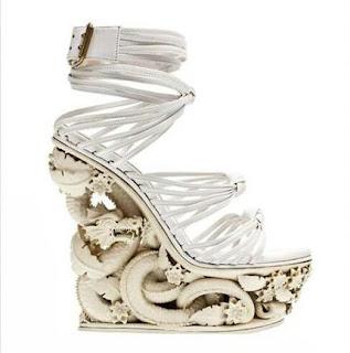 Ejderha Süslemeli  Dolgu Topuklu Ayakkabı Modeli