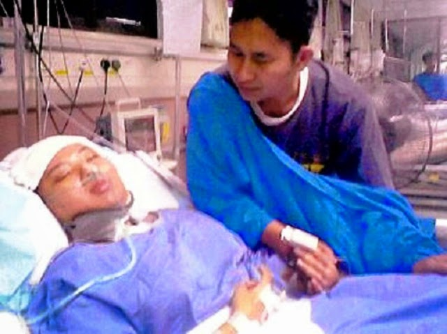 Suami Resah Menanti Isteri Yang Sedang Bersalin Jururawat Keluar Dan Sediakan Tisu
