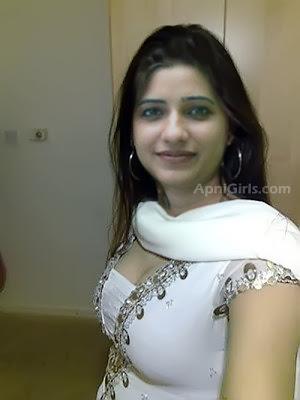 Desi girl Ayesha having cute smile Picture