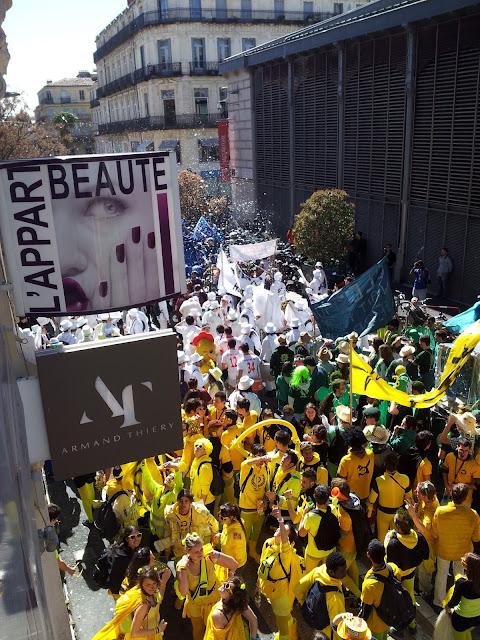 Défilé des élèves de Polytechnique devant l'Appart Beauté.
