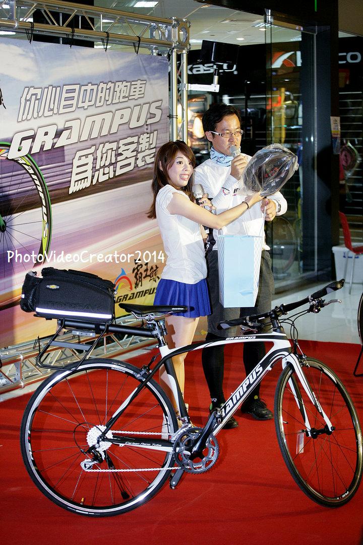主持人介紹現場購車可獲得大禮包 都是車友實用的商品
