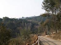 El Camí Natural de l'Anell Verd de Sant Boi amb el Montbaig i l'ermita de Sant Ramon al fons