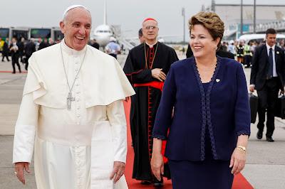 Francisco con Dilma Rousseff a su llegada a Brasil para la JMJ (Foto: Blog de Planalto http://www.flickr.com/photos/blogplanalto/)