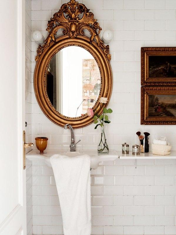 baño con espejo antiguo