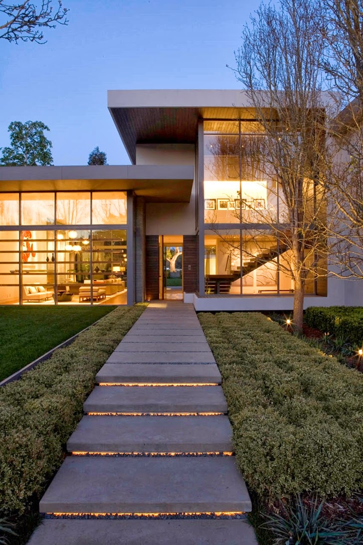 Front facade and entrance of Beautiful house by Belzberg Architects Group