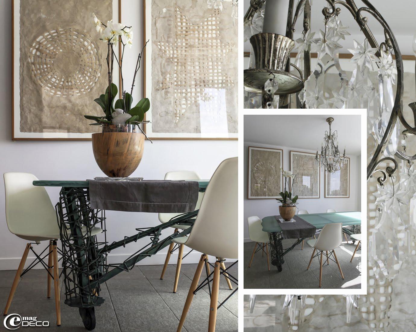 Table de Marco De Gueltz en verre sablé et piétement en fer à béton entourée de chaises de réédition DSW de Charles Eames
