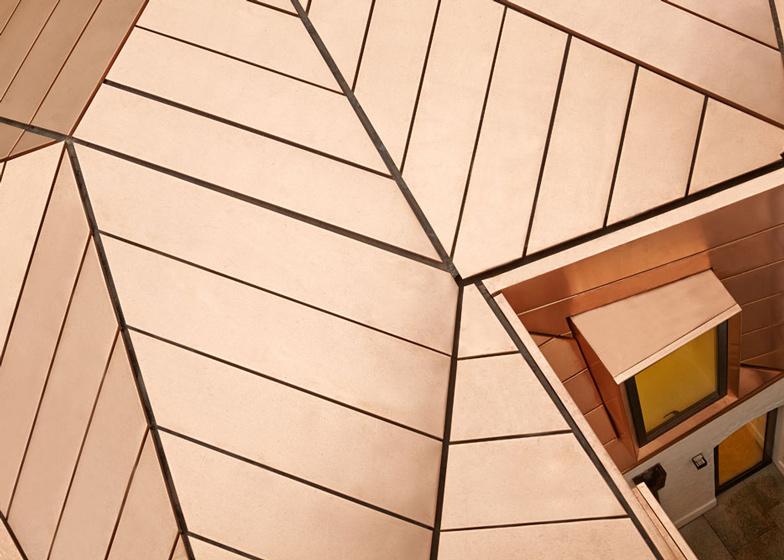 Soffitto In Legno Illuminazione : Emrys architects estensione per uffici con tetto in rame arc