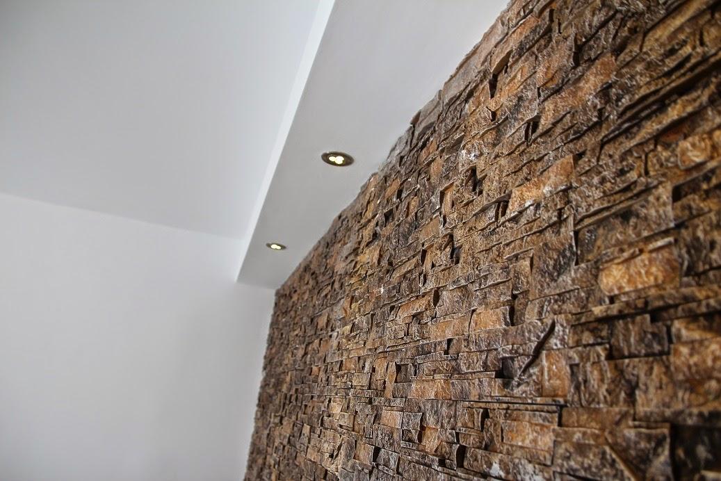 Parete finta pietra soggiorno idee per il design della casa - Parete in pietra per camera da letto ...