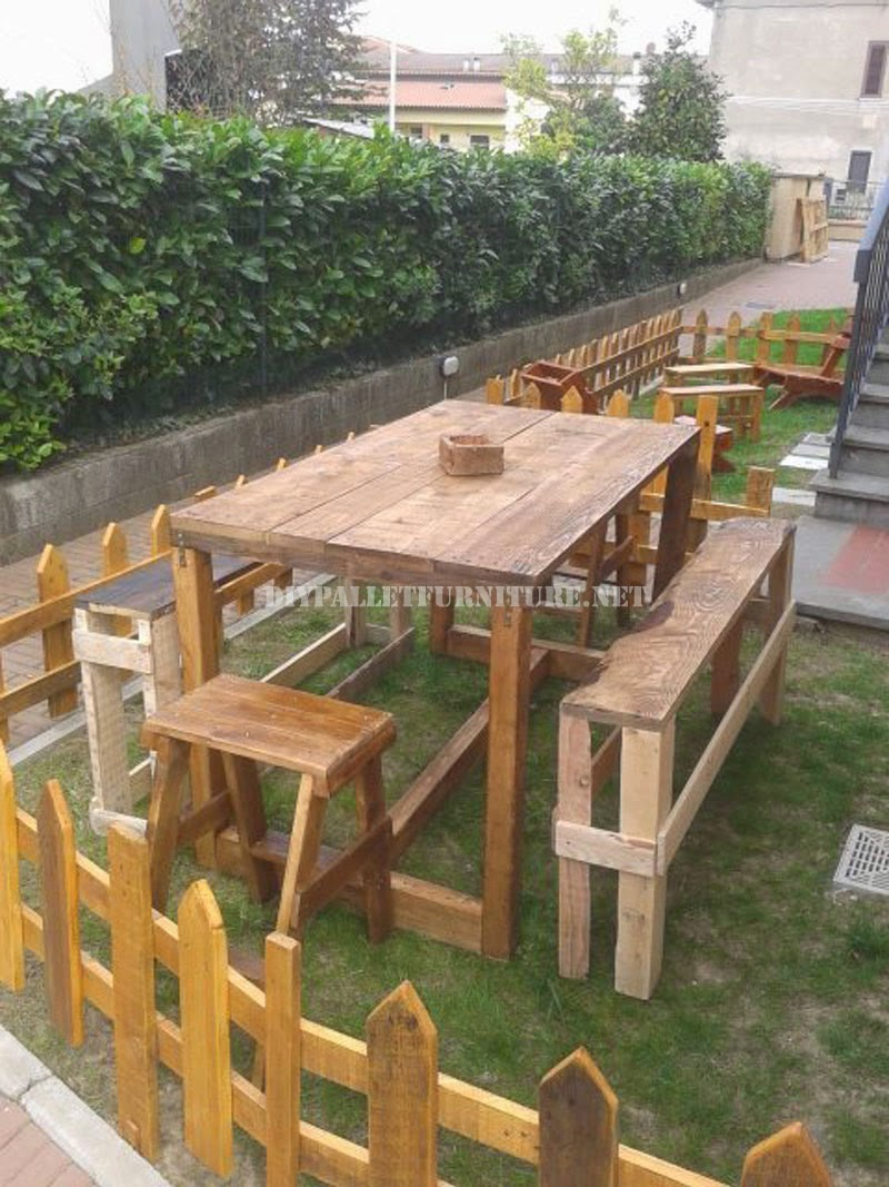 Set de muebles de exterior para el for Mesas de palets para jardin