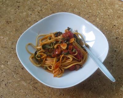 Pasta mit Auberginen, Mangold, Tomaten und Kapern