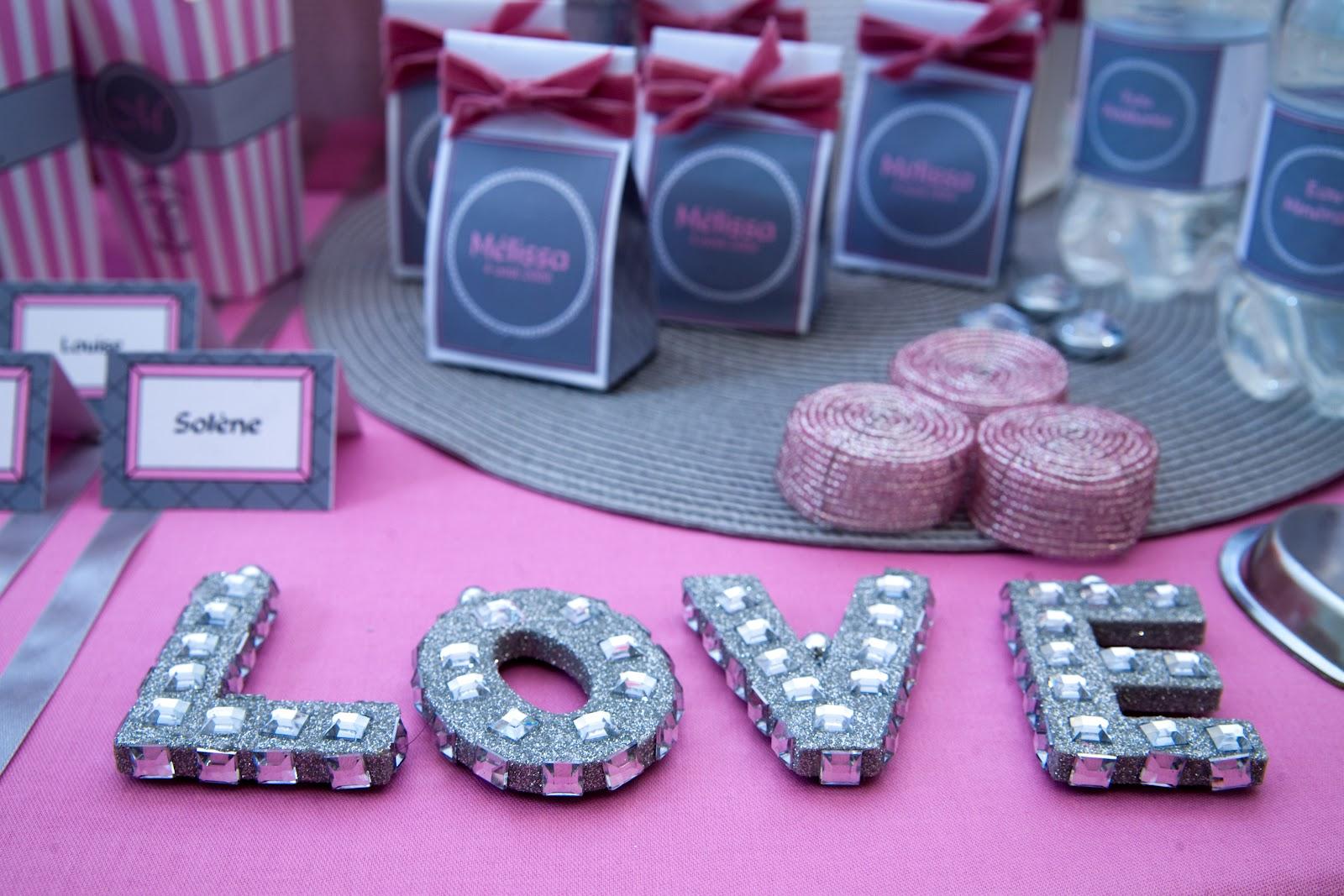 Table nappe rose avec décoration lettre strass LOVE