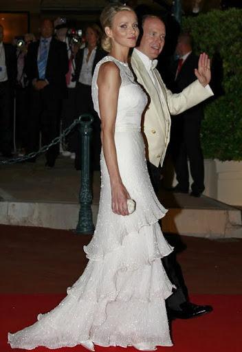 Принцеса Шарлийн с коктейлна рокля на Армани за бала след сватбата в Монако