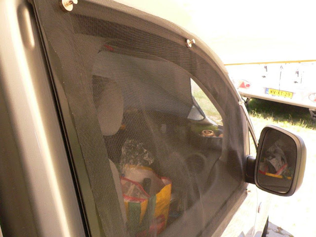 Camping Campingtrip Zelten Wohnmobil Wohnwagen Ausrüstung Tips Tipps und Tricks VW Caddy Zubehör Fenster Fenstereinsatz Fliegengitter Lüftungsgitter