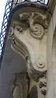 Console avec décors végétal du balcon du 61 rue des Petits-Champs à Paris