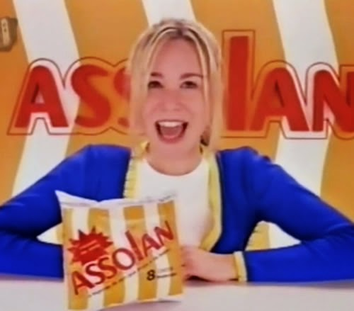 Comercial da esponja de aço Assolan estrelado por Mariana Ximenes com então 16 anos de idade, antes de se tornar uma atriz global.