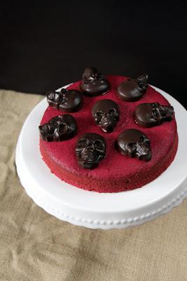 Red Velvet Cake mit Totenköpfen für Helloween