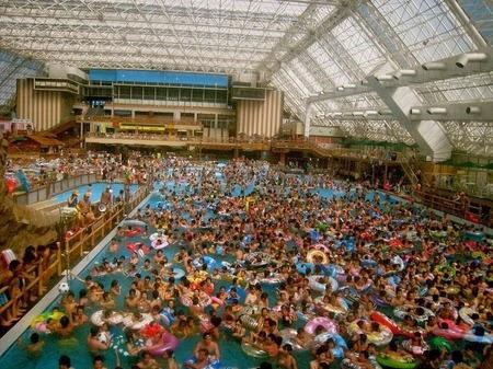 Kolam Renang Paling Ramai di Dunia Nih Kolam yang Berenang Padat Banget