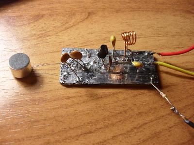 Совет: Если вы ранее не собирали электронных схем, вычерчивайте схему радио жучка прям на картонке.