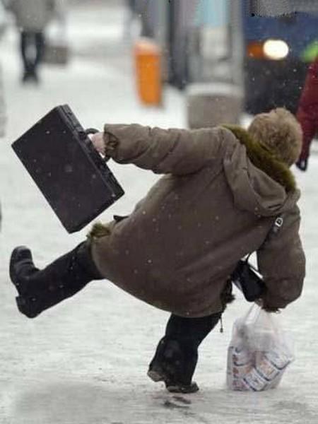Señora se patina con el hielo