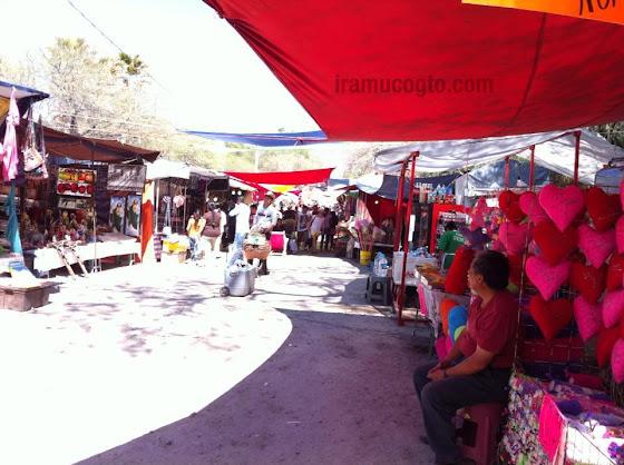 Diferentes puestos en la fiesta de Araró: artesanías, recuerdos...