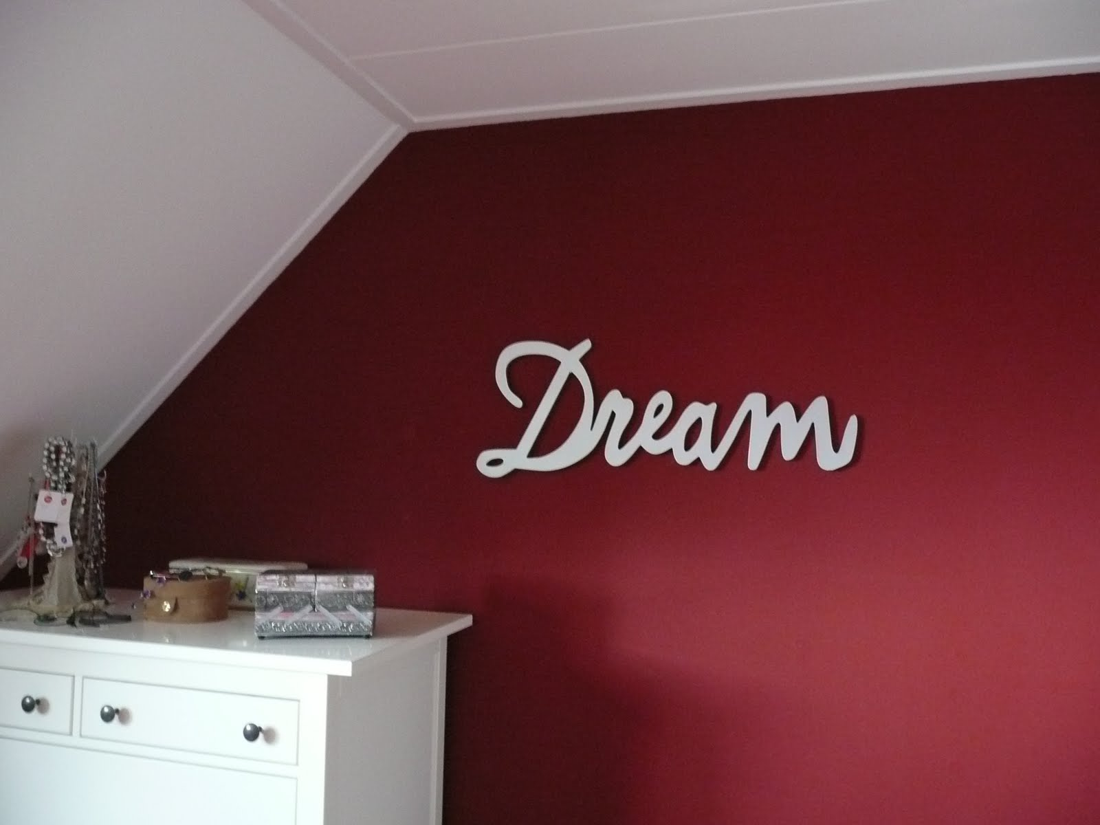 Mooi rood is niet lelijk en het is samen met het grijs op de muur een ...