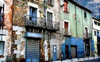 Foto de fachada de edificio colorida y deteriorada