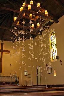 interior capilla decorada palomas papel y bisutería