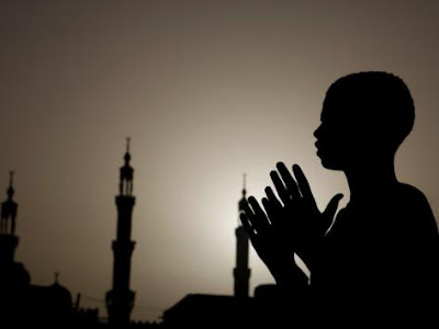 sudanese-muslim-boy-prays-in-front-of-a-mosque-in-sudan - صلاة الليل تؤخر الشيخوخة