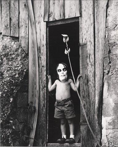 foto antigua de niño con una cabeza grande