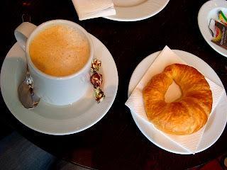 cafe con leche y medialunas