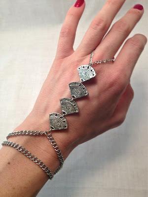 Vía Pinterest por dAnnonEtsy en Etsy enhttp://www.etsy.com/listing/120890418/reserved-for-lauren-silver-lining-ring