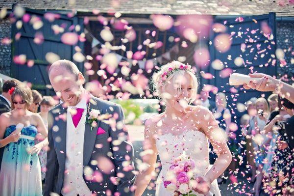 Celebra la salida de los novios con serpentinas y confeti - Foto: Pinterest