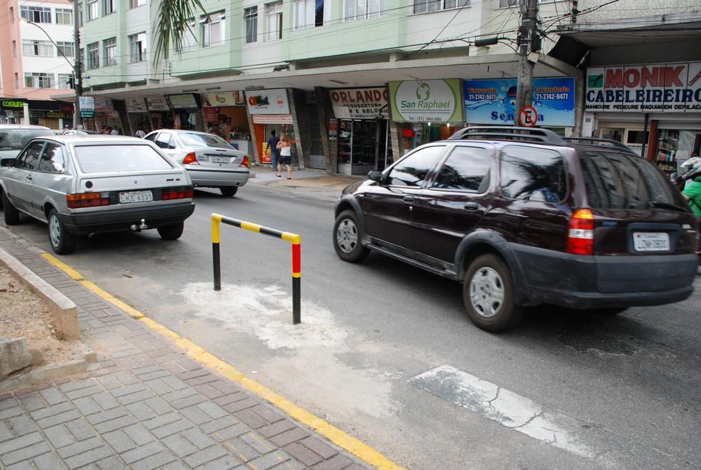 Obstáculo no cruzamento das avenidas J.J. de Araújo Regadas e Lúcio Meira: proibição de estacionamento em esquina para garantir a fluidez do tráfego