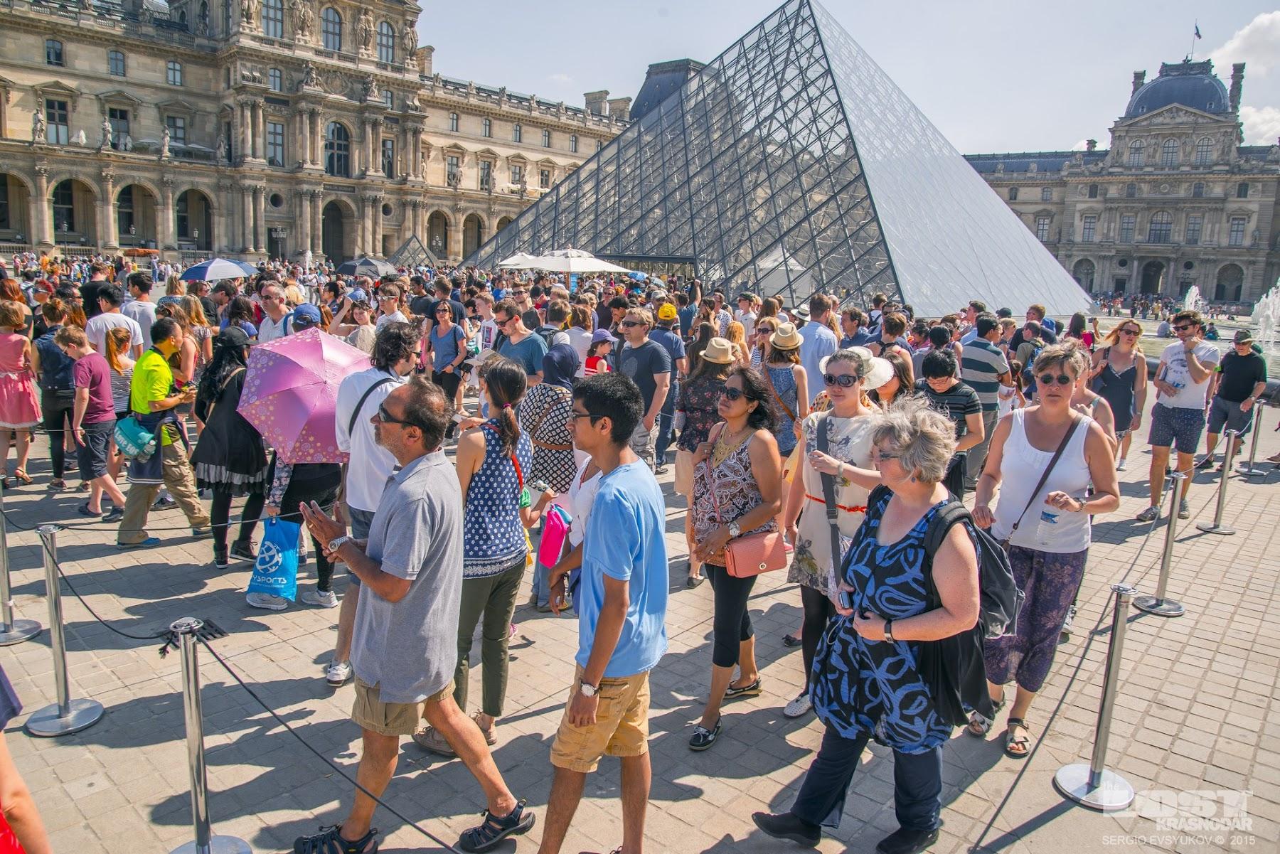Пирамида перед музеем Лувр