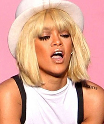 Rihanna beyaz şapka, Rihanna omuz hizası bob saç kesimi ve sarı saç rengi