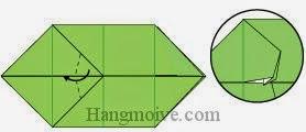 Bước 7: Gấp chéo hai cạnh của lớp giấy trên cùng vào trong giữa khe của lớp giấy.
