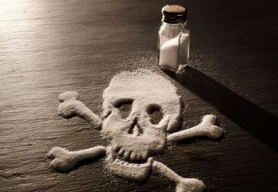 La sal real de la naturaleza está compuesta por cloruro de sodio sobre el 84% y 16% otros minerales y oligoelementos en una matriz perfectamente equilibrada, mientras que la composición de sal refinada es aproximadamente el 97,5% cloruro de sodio y hasta 2,5% aditivos