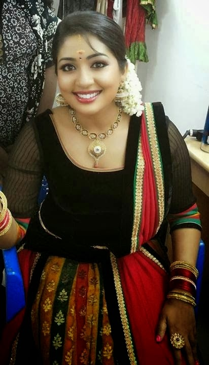 Actress navya nair navel show captured in pen cam by driver 10