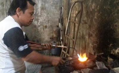 Proses peleburan campuran bijih perak dan alloy
