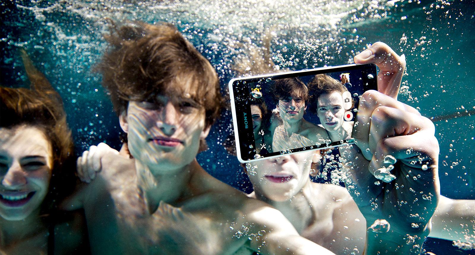 ... Xperia ZR , un smartphone étanche capable de filmer en Full HD sous l