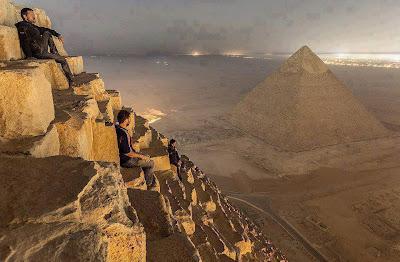 Turistas rusos en lo alto de la Gran Pirámide, Egipto