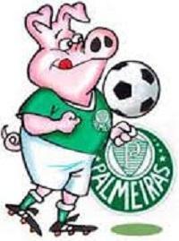 Porquinho vestindo o uniforme do Palmeiras e chutando uma bola