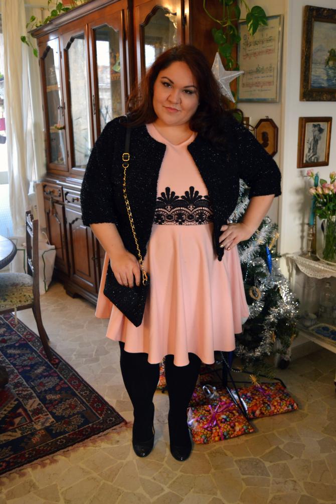 outfit plus size e curvy di natale con abito skater rosa e bolero glitter